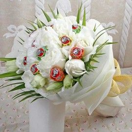 10 White Roses with & 10 Lollipop Candies Hand Bouquet